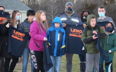 Leno Christmas: Chicago Bears Player delivers t-shirts to LittleCity